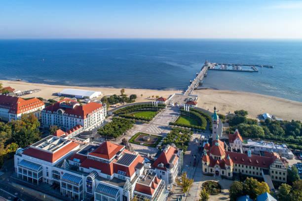 sopot resort in polen mit spa, pier, strand, hotels und alten leuchtturm, luftbild. - wellness ostsee stock-fotos und bilder
