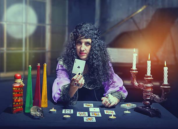 sorceress telling fortunes - gedanken lesen stock-fotos und bilder
