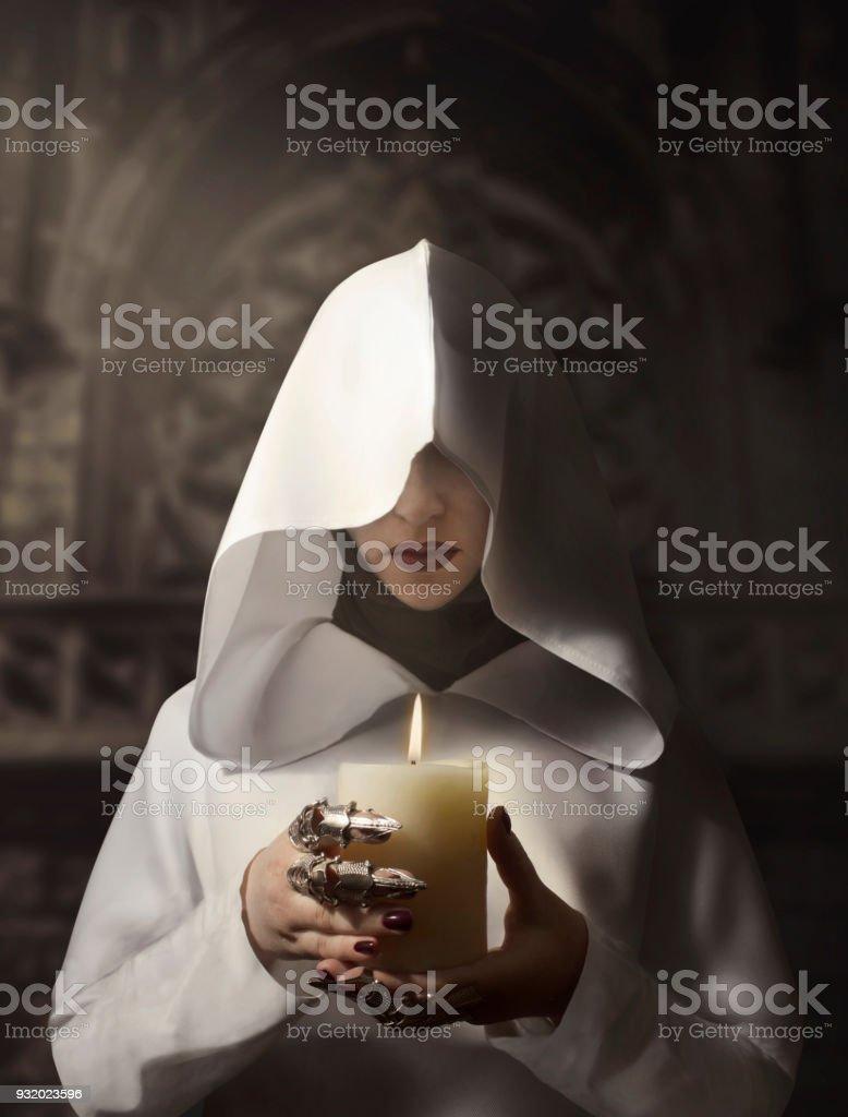 Bruja con vela - foto de stock