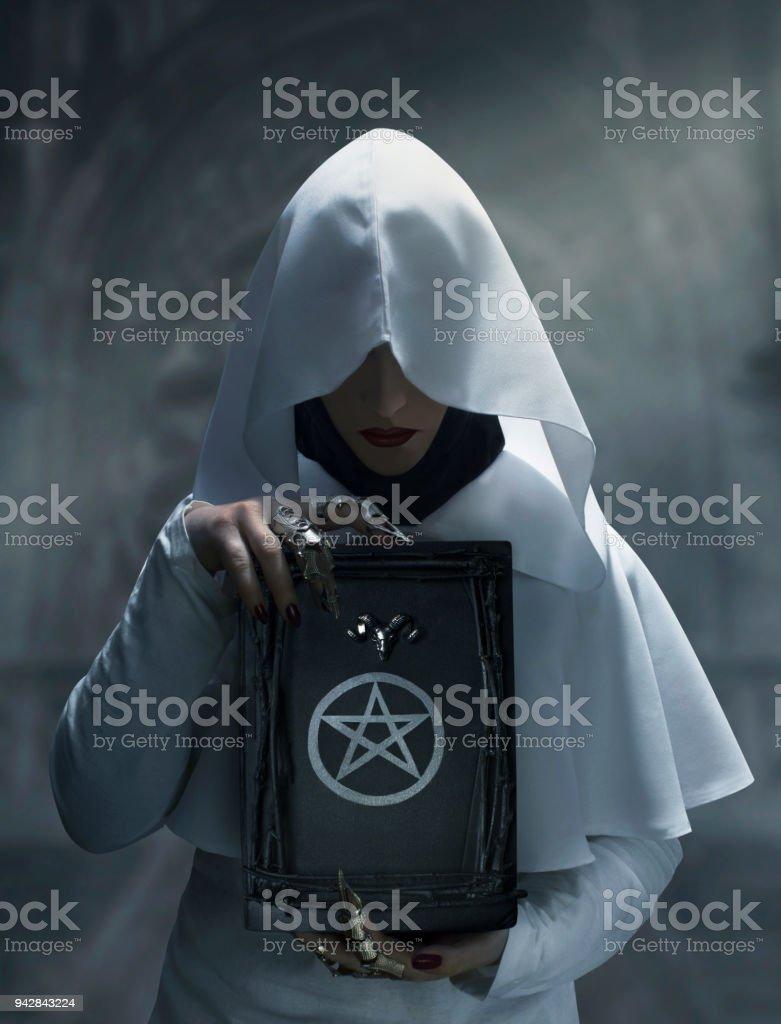 Hechicera con libro de magia - foto de stock