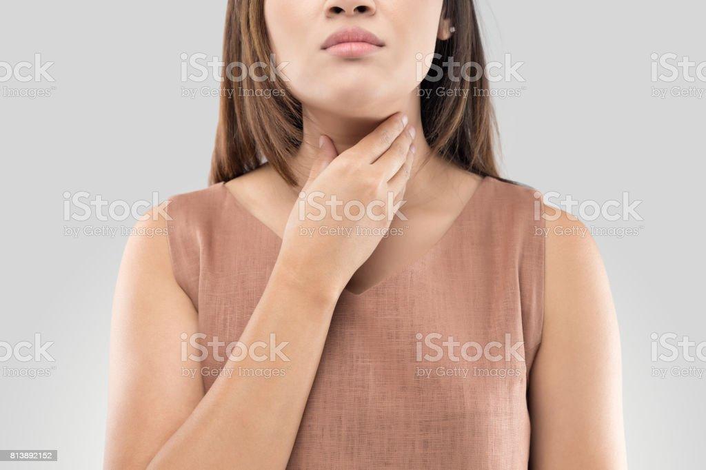 Halsschmerzen Frau auf grauem Hintergrund – Foto