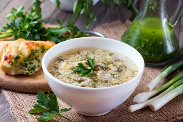 sauerampfer suppe mit ei und greens in einer platte - borschtsch rezept stock-fotos und bilder