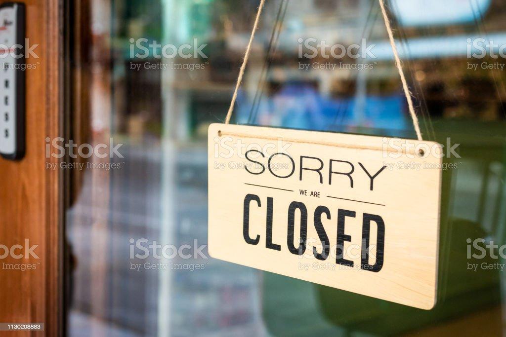 죄송 합니다 우리는 사인 보드 카페의 문을에 걸려 폐쇄 - 로열티 프리 0명 스톡 사진