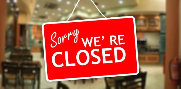 우리는 죄송 합니다 유리 출입문에 걸려 기호가 폐쇄 - 닫은 뉴스 사진 이미지