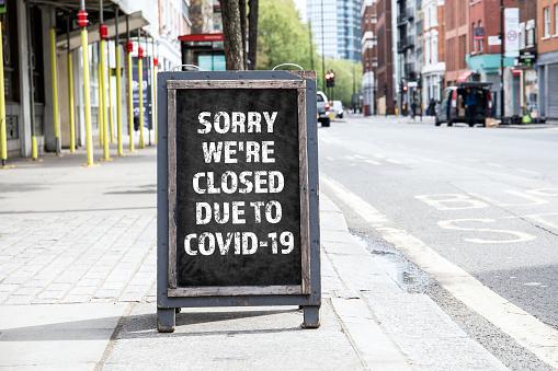 對不起我們因covid19而關閉可折疊廣告海報 照片檔及更多 2019冠狀病毒病 照片