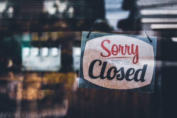sorry dat we gesloten zijn. grunge beeld opknoping op een cafe raam, coronavirus covid-19 uitbraak lockdown. - dicht stockfoto's en -beelden