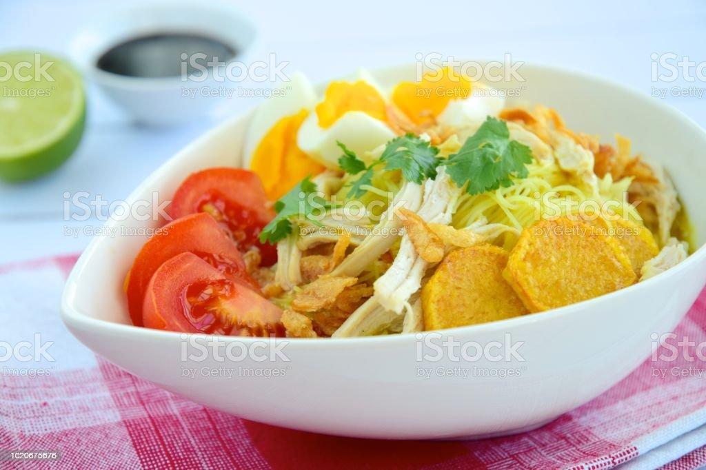 sopa de fideos pollo y huevo duro