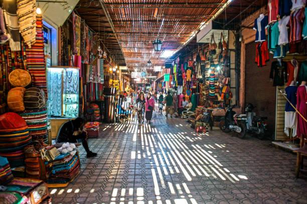souk di marrakech - bazar mercato foto e immagini stock