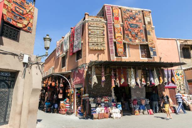 souk geschäfte marrakesch marokko - teppich baumwolle stock-fotos und bilder