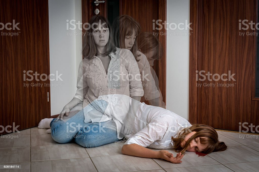 Soul leaves the body after the woman's death - foto de stock