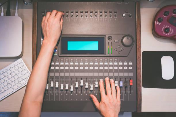 toningenieur hände arbeiten am digitalen sound-mixer, musikaufnahmen konzept - postproduktion stock-fotos und bilder