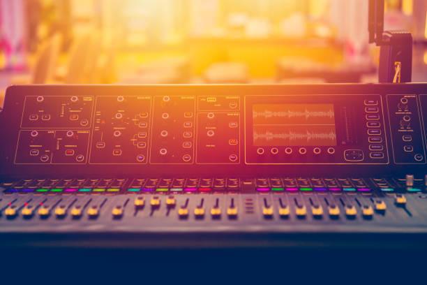 klangbühne mixer musik lautstärkeregelung während on-air-show - postproduktion stock-fotos und bilder