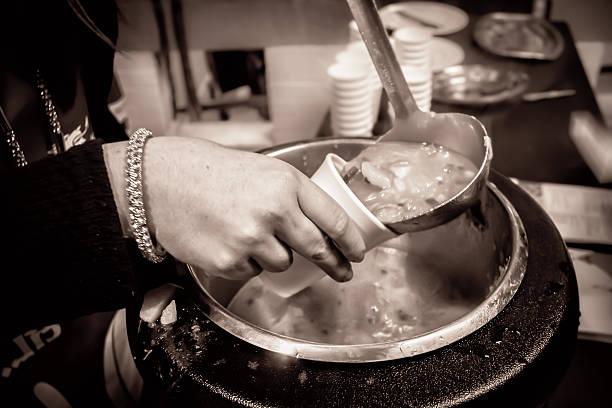 suppe, gegossen in eine tasse (einfarbig - schnelle suppen stock-fotos und bilder