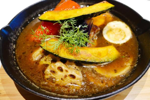 北海道のオリジナルどんぶり鶏と野菜、カレーをスープします。 - カレー ストックフォトと画像
