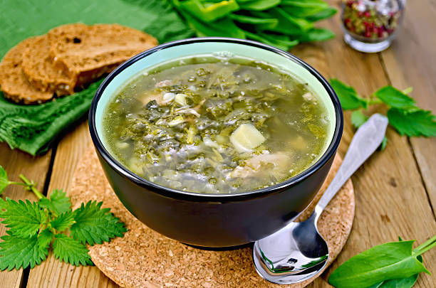 suppe grün mit sauerampfer und nettles mit brot - spinatsuppe stock-fotos und bilder