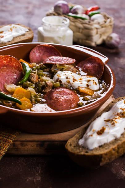 suppe mit bohnen - linseneintopf mit speck stock-fotos und bilder