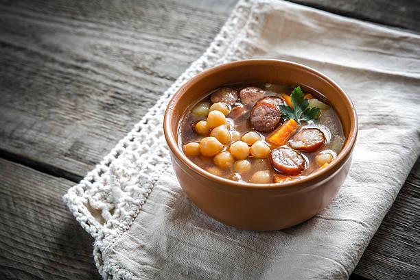 suppe mit kichererbsen und geräucherter wurst - chorizo wurst stock-fotos und bilder