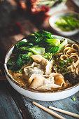 Soupe de Nouilles Chinoises au Curry Jaune et Wontons
