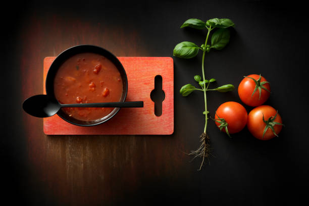 suppen: tomaten suppe stillleben - hausgemachte tomatensuppen stock-fotos und bilder