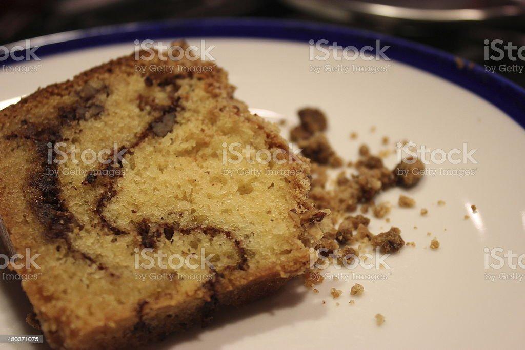 Bolo de café e creme azedo com noz-pecã assado com recheio de 2/3 - foto de acervo