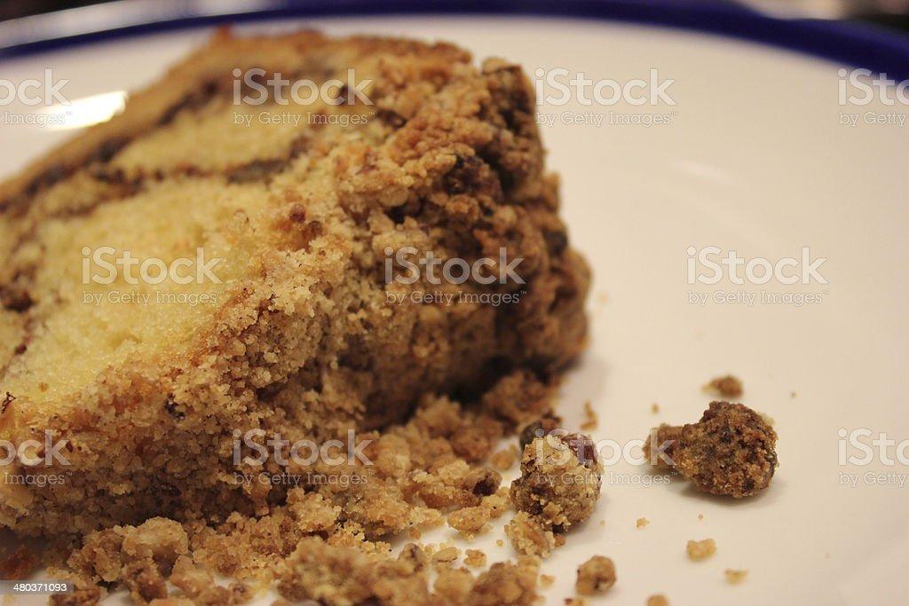Bolo de café e creme azedo com noz-pecã assado com recheio de 3/3 - foto de acervo