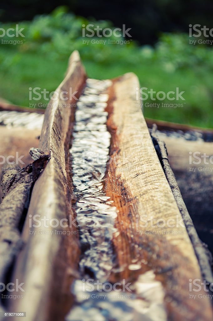 Source in the mountains in a wooden trough – Foto