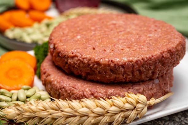 fuente de hamburguesas veganas de proteína de soja a base de plantas de fibra, alimentos saludables sin carne - vegana fotografías e imágenes de stock