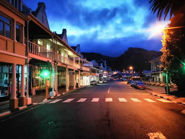 Südafrika Simonstown Einkaufsstraße in der Dämmerung – Foto