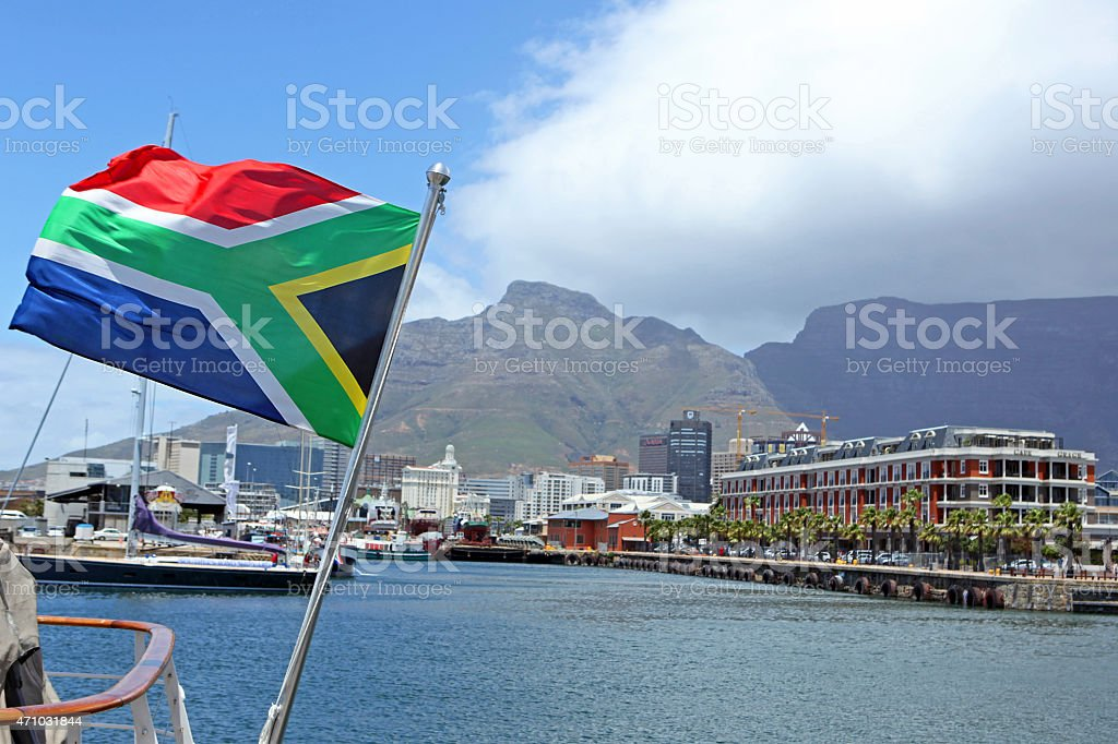 Bandeira Sul-Africana e Table Mountain, no Porto da Cidade do Cabo - foto de acervo