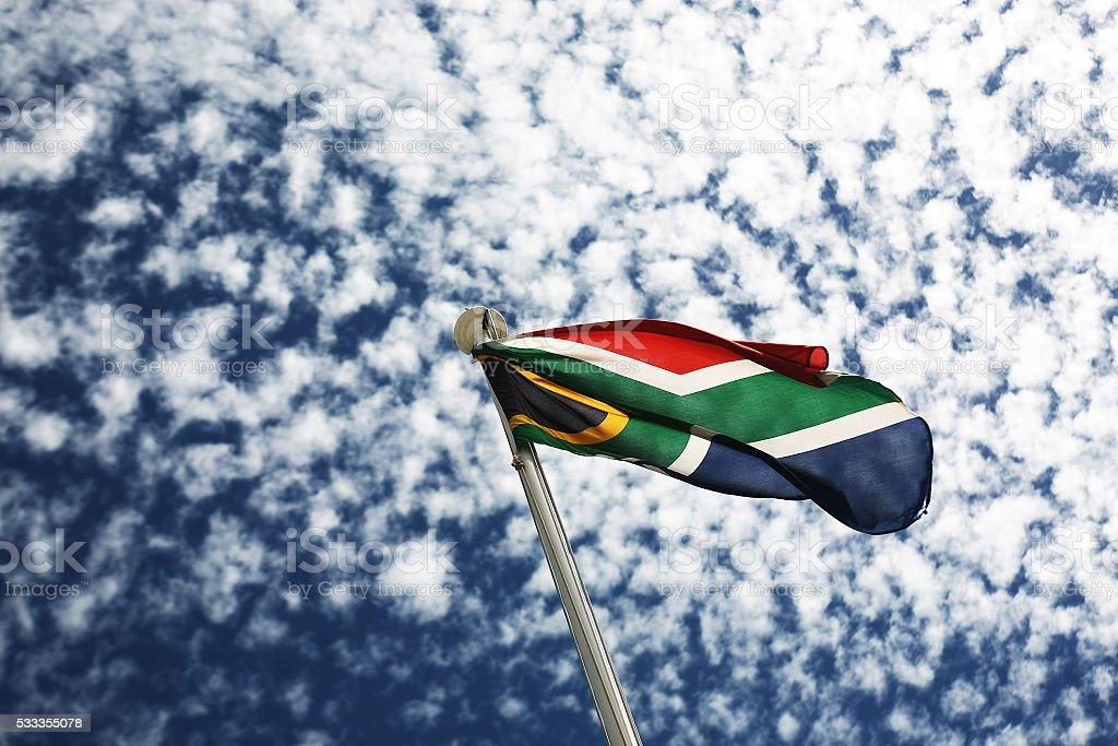 Bandeira Sul-africana com céu azul e nuvens Dapple - foto de acervo