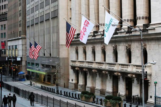 south entrance. facade of the new york stock exchange. nyse. wall street. new york. usa. north america. united states. - nyse crash imagens e fotografias de stock