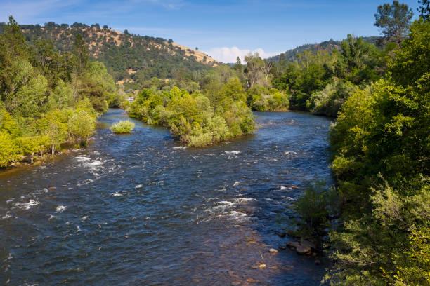 south fork des american river in der nähe von marshall gold discovery state historic park. ein beliebter ort zum gold schürfen. - süd kalifornien stock-fotos und bilder