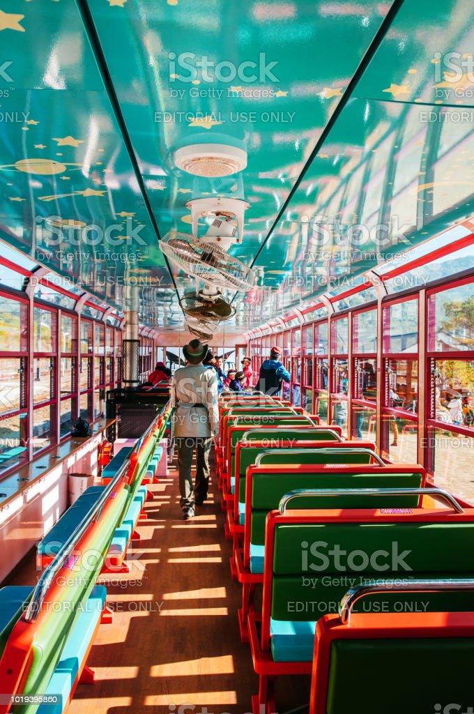 Coreia do Sul - Korail Baekdudaegan Cordilheira Canyon trem, interior colorido de V-trem - foto de acervo