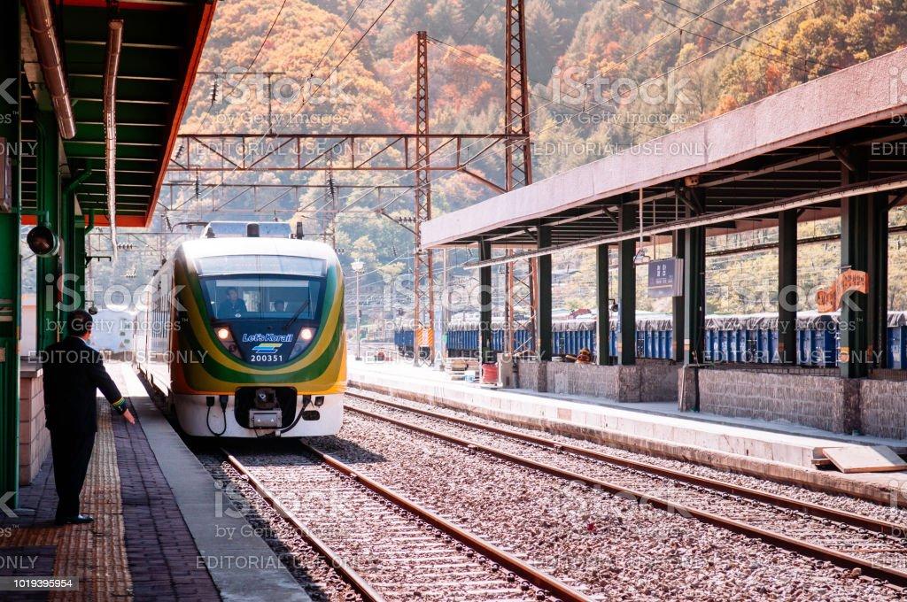 Coreia do Sul - comboio de Korail Central turístico interior, moderno EMU O trem na estação de Cheoram - foto de acervo