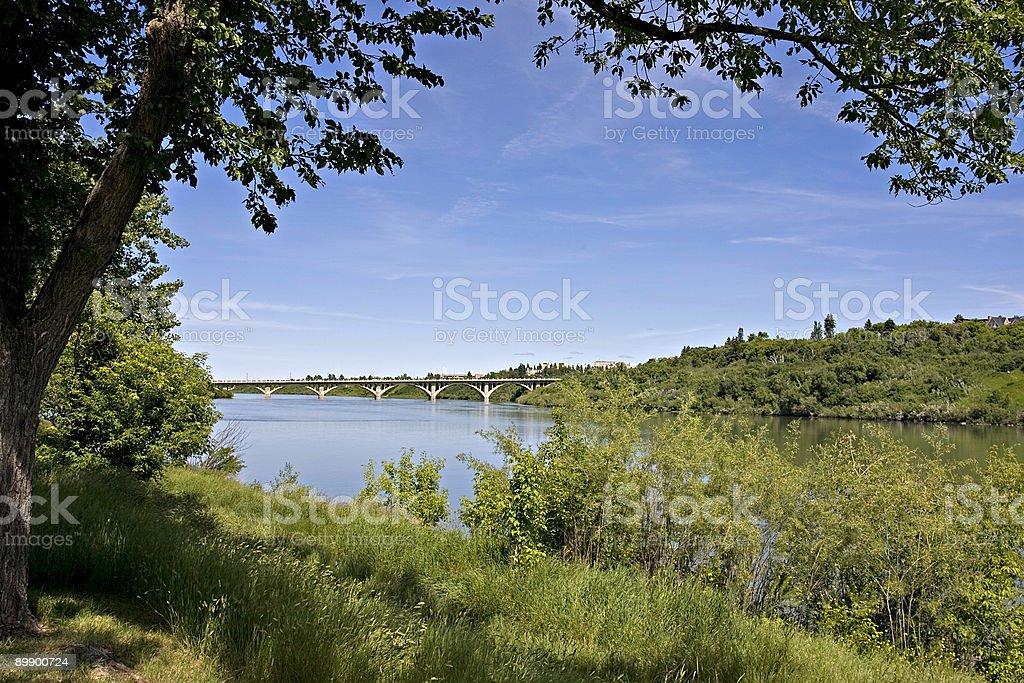 Río Saskatchewan del sur y en University Bridge Saskatoon foto de stock libre de derechos