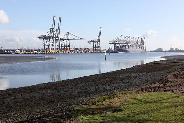 southampton recipiente porto docks - estuário imagens e fotografias de stock