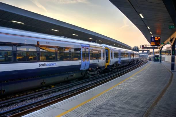 zuidoost trein op perron in london bridge station - zuidoost stockfoto's en -beelden