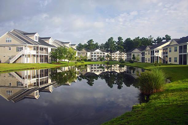 południowa dzielnica mieszkalna - staw woda stojąca zdjęcia i obrazy z banku zdjęć