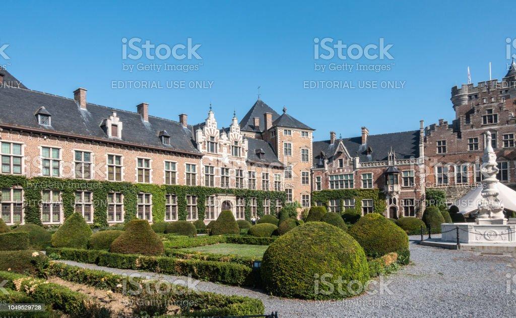 Zuidwest vleugel en ingang poort van het Kasteel van Gaasbeek, België. foto