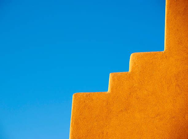 mur en adobe du sud-ouest américain et ciel bleu - adobe photos et images de collection