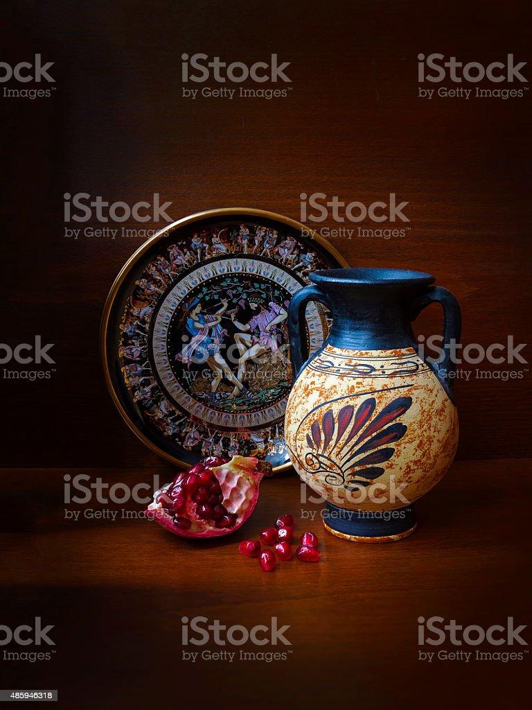 Сувенир Ваза Greek, чашка и гранатом на темном фоне стоковые фото Стоковая фотография