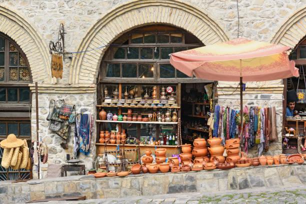 souvenirwinkel in sheki, azerbaijan - karavanserai stockfoto's en -beelden