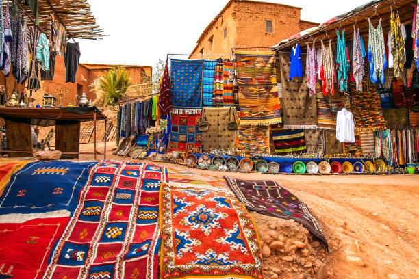 souvenir shop in the open air in kasbah ait ben haddou near ouarzazate in the atlas mountains of morocco. artistic picture. beauty world. - деревня стоковые фото и изображения