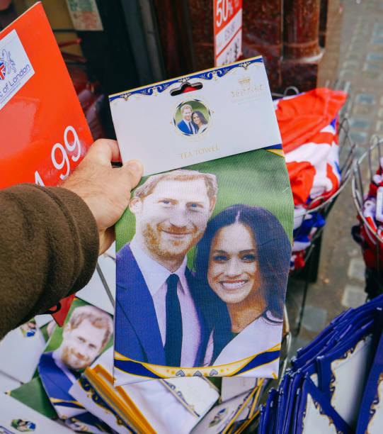 souvenir shops selling royal wedding gifts - principe harry foto e immagini stock