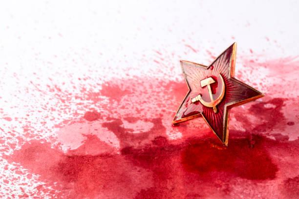ソビエトレッドスターバッジインブラッド - 共産主義 ストックフォトと画像