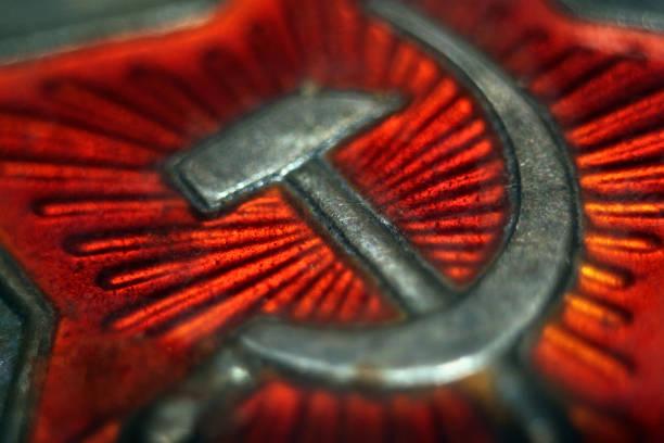 ソ連のシンボルの鎌と槌。赤で古い金属バッジ。 - 共産主義 ストックフォトと画像