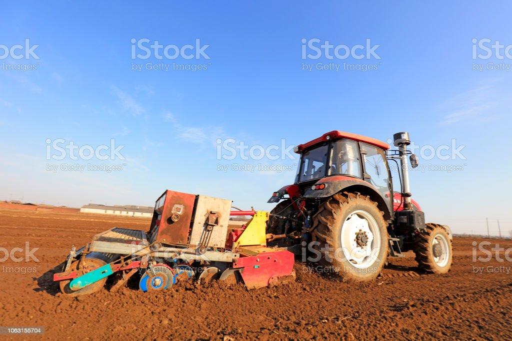 Luannan County - 16. März 2018: Aussaat Maschinen Sau Erbsen auf einem Bauernhof, Luannan, Hebei, Kinn – Foto