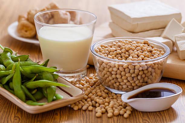 soy products - vleesvervanger stockfoto's en -beelden