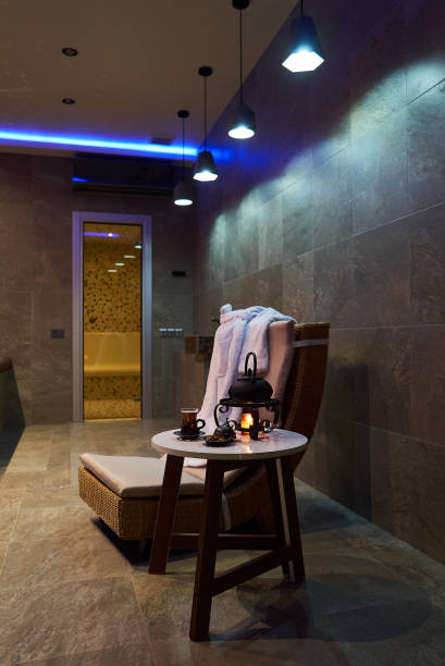 spa und wellness-ambiente mit rolled spa handtücher - sauna textilien stock-fotos und bilder