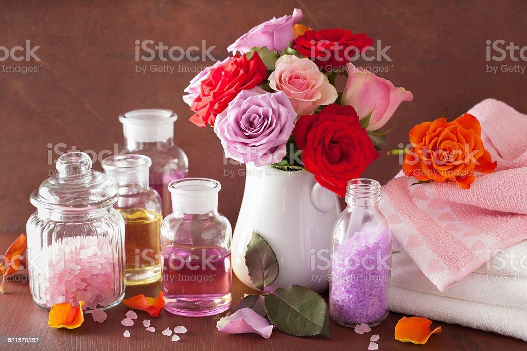 """Spa de l """" aromathérapie avec des huiles essentielles de fleurs au sel de Rose photo libre de droits"""
